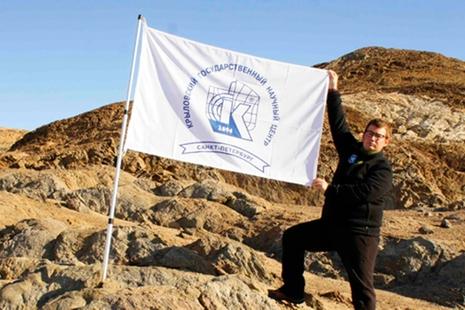 Флаг Крыловского центра поднят над Антарктикой
